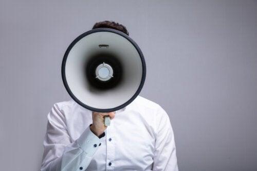 Padre hablando por un megáfono representando la crianza con megáfono, es decir, educar dando gritos.