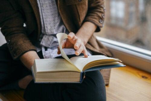 Hombre leyendo a uno de los autores de libros para adultos.