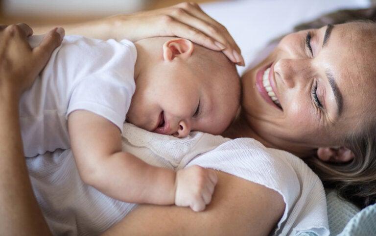 Esto es lo que le sucede al cerebro de una madre cuando abraza a su bebé