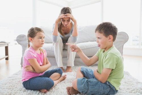 Madre desesperada con la discusión de sus hijos porque no ha aprendido a corregir de manera constructiva.