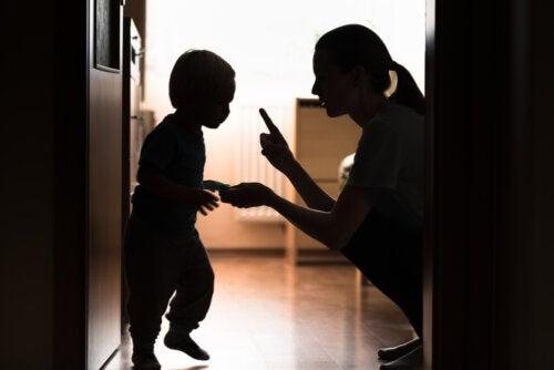 """Madre diciéndole """"no"""" a su hijo."""