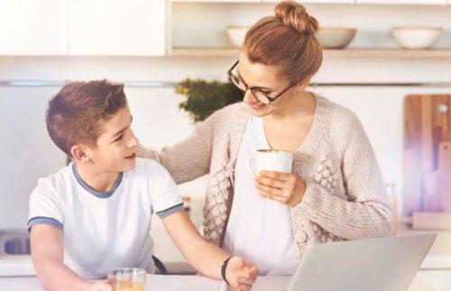 Madre hablando con su hijo adolescente con un café de la mano.
