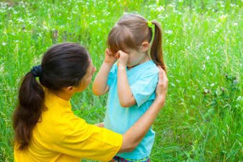 Madre diciendo a su hija algunas de las frases que consuelan a los niños cuando lloran.