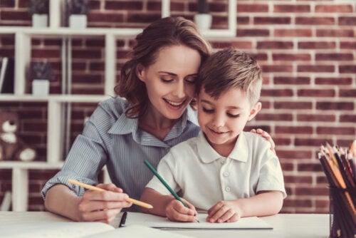 Madre e hijo haciendo deberes en casa.