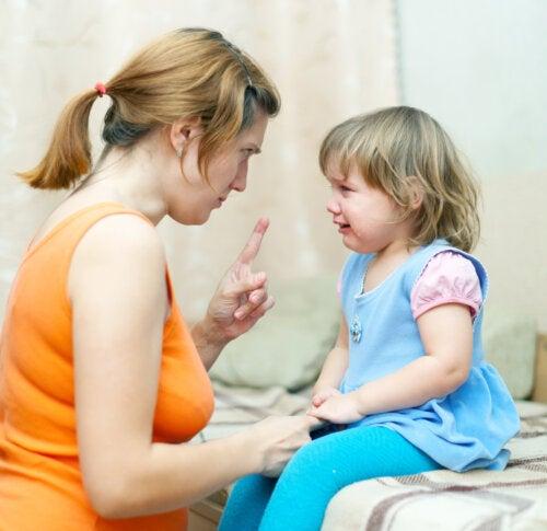 Madre intentando calmar la rabieta de su niña.