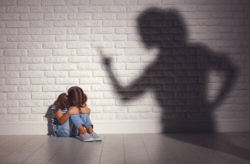 Madre regañando a su hija.