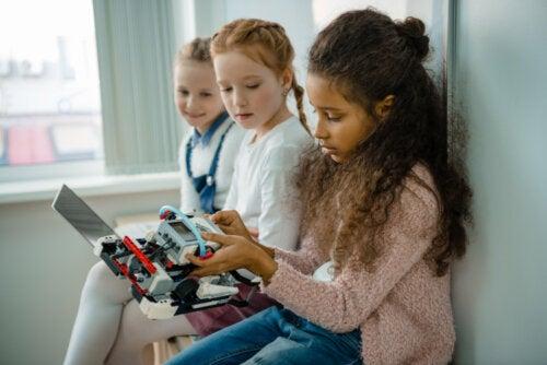 Alumnas con su proyecto de tecnología basado en una educación STEM.