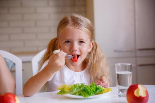 Buenos modales en la mesa: claves para enseñar a tu hijo
