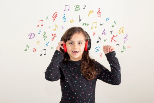 Niña escuchando canciones infantiles en inglés para aprender el idioma.