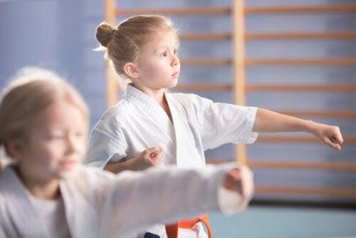 Niña aprendiendo judo en una de las actividades extraescolares a las que asiste.