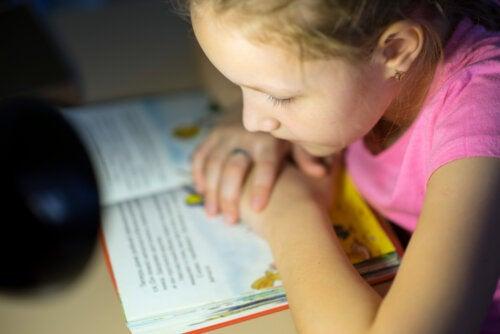 Niña leyendo libros en inglés para niños.