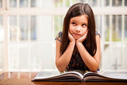Niña leyendo uno de los libros sobre teatro para niños.