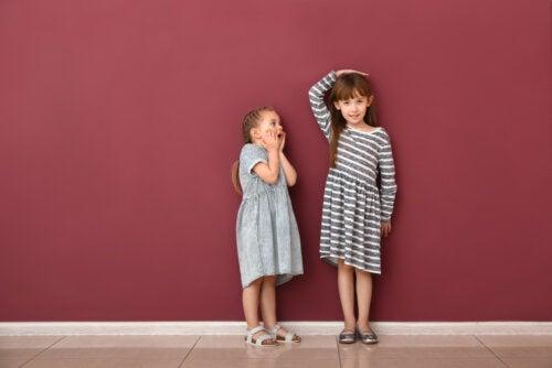 Niñas hermanas comparando su altura.