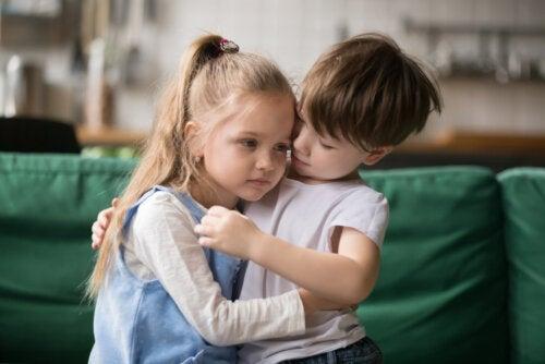 Niño dando un abrazo a su amiga porque ha aprendido a valorar a los demás.