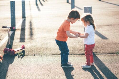 Niño ayudando a su hermana pequeña porque se ha caído y los han educado en amabilidad.
