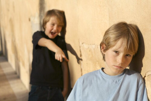 Niño haciendo burlas a otro compañero en el colegio.