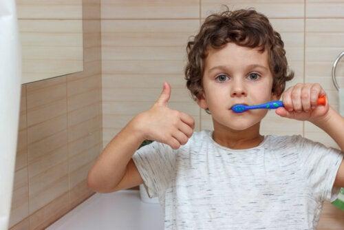 Niño cepillándose los dientes gracias al juego 'el árbol de los logros'.
