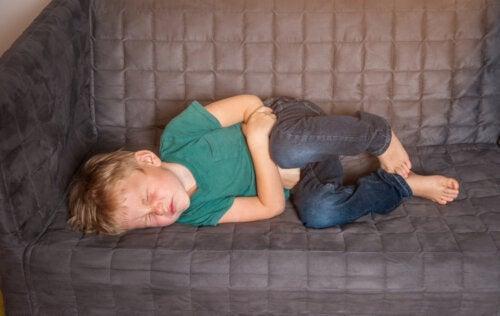 Niño con dolor de barriga debido a que sufre estreñimiento.