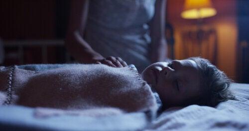 Madre usando la técnica de la hipnopedia mientras su hijo duerme plácidamente.