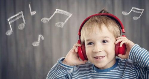 Niño escuchando música porque es beneficiosa para el desarrollo cognitivo infantil.
