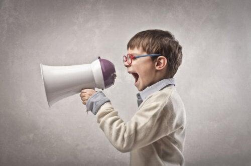 Qué es la crianza con megáfono