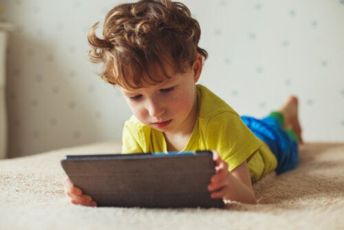 Niño jugando con la tablet con algunas aplicaciones infantiles.