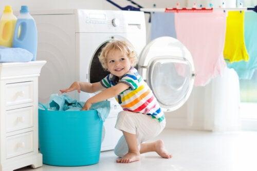 Tareas simples que puede hacer un niño pequeño