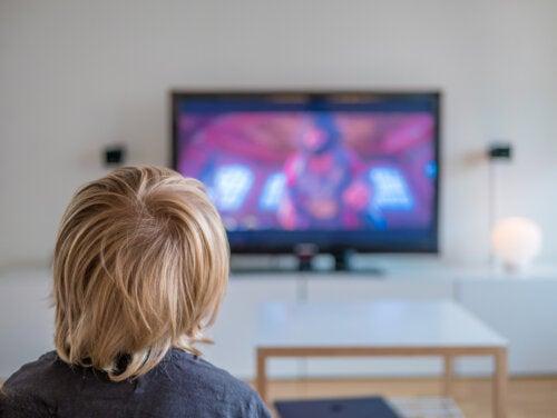 Niño viendo una película en la televisión.