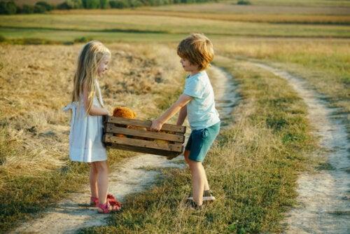 Niños recolectando en el campo pensando que es mejor el pueblo que la ciudad.