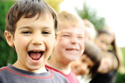 Niños sonriendo felices con una gran positividad.