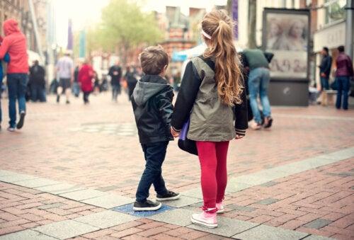 Niños pensando si es mejor el pueblo o la ciudad.