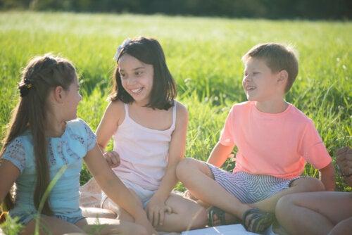 Niños en el campo jugando al juego del dragón y la tortuga.