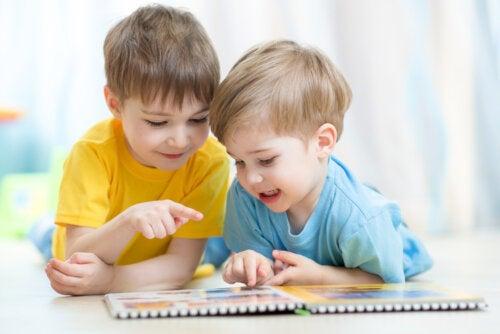 Niños leyendo uno de los minilibros de la editorial Kalakandra.