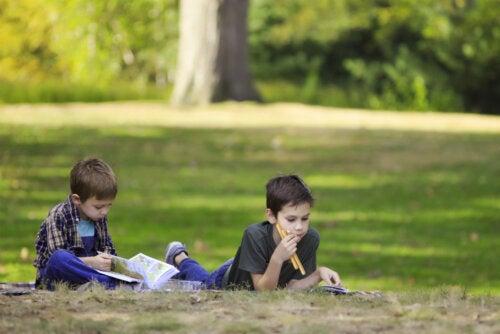 Niños leyendo cómics de la colección Mamut.