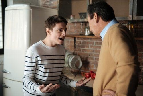 Chico adolescentes con una actitud agresiva frente a su padre debido al consumo de drogas.