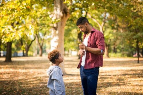 Padre hablando con su hijo sobre afrontar las adversidades.
