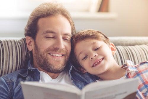Padre e hijo leyendo un libro durante el confinamiento para organizar las rutinas.