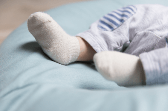 Pies de bebé con calcetines