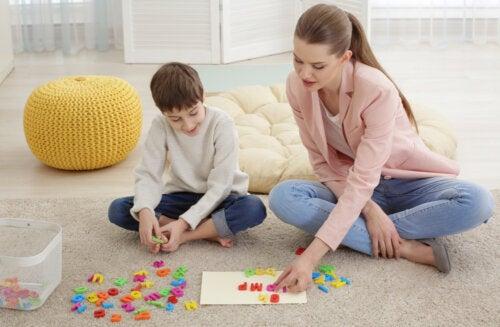 Psicopedagoga ayudando a un niño.