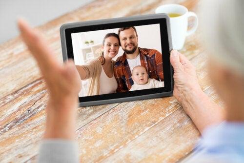 Abuela hablando con su familia por videollamada gracias a la tecnología.