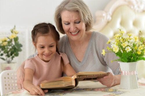 Abuela leyendo un libro con su nieta.