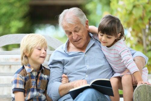 Abuelo leyendo un libro a sus nietos.