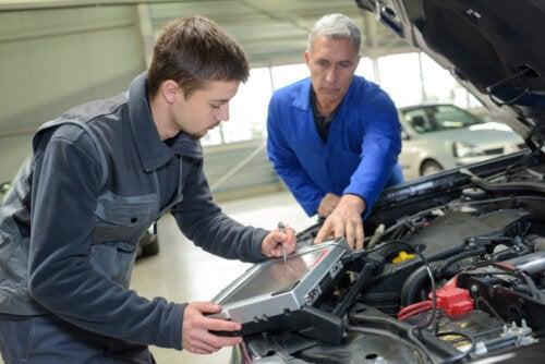 Alumno de mecánica con su profesor de la FP Dual.
