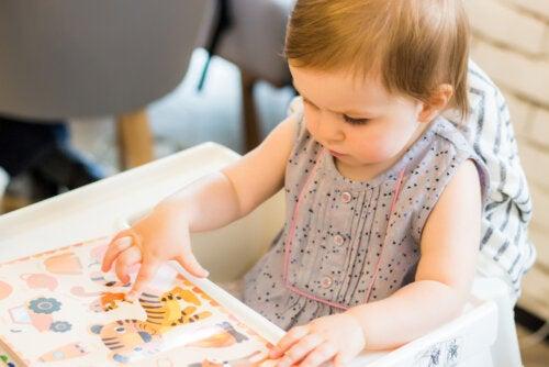Bebé leyendo uno de los cuentos con sonido.