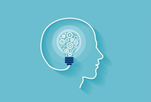 Cerebro con una bombilla representando la relación entre neuroplasticidad y aprendizaje.