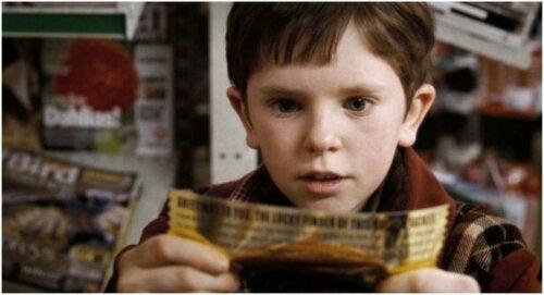 Charlie con el billete dorado para visitar la fábrica de Willy Wonka.
