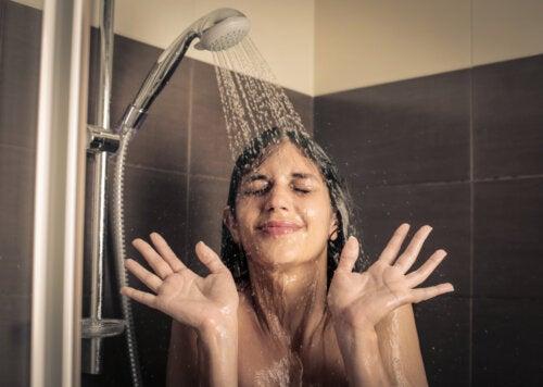Qué hacer cuando tu hijo adolescente no se ducha: medidas de higiene
