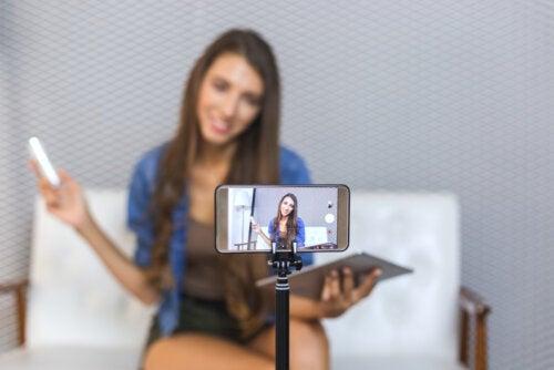 Chica adolescente grabando vídeos para YouTube.