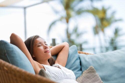 Chica adolescente tumbada relajadamente aprendiendo a tomarse un descanso.