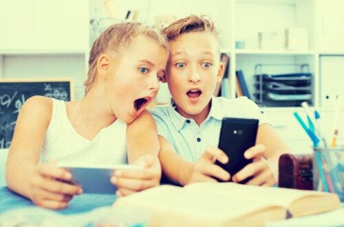 Niños usando aplicaciones infantiles en el móvil.
